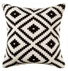 almohada para decoración en blanco y negro