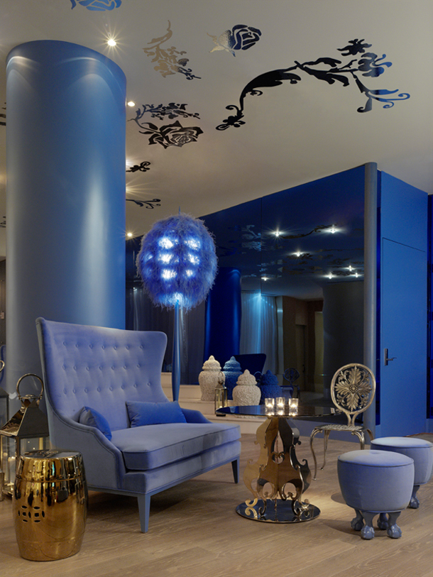 Elegante living room decorado con azul