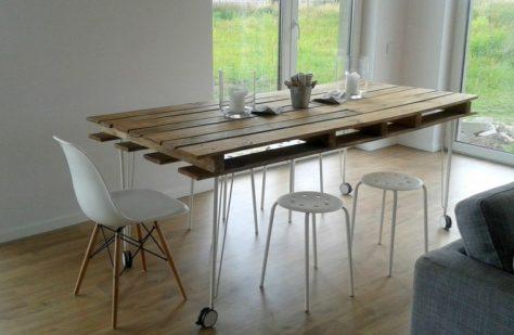 Muebles con palets de interior. Mesa de comedor hecha con palets.