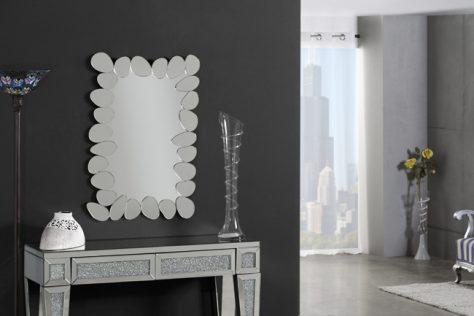 Espejo blanco ideal para decorar un recibidor.
