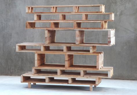 Muebles con palets de diseño. Estantería desigual