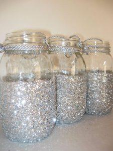 decorar frascos de vidrio con purpurina plateada