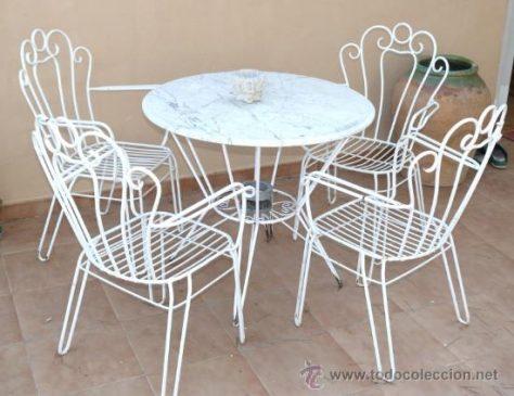 decorar un balcón con muebles de jardín