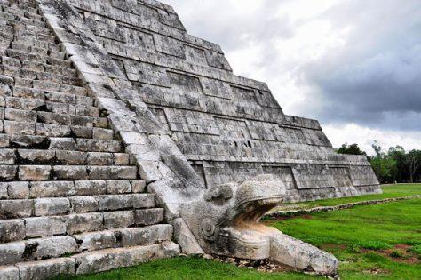 Cabeza de serpiente de templo en Chichén itzá.