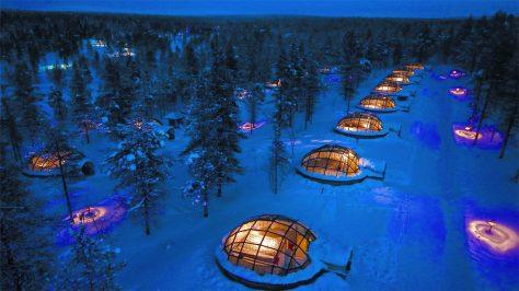 Hotel Kakslauttanen es un hotel sumergido en la nieve y por eso es uno de los hoteles más raros del mundo.
