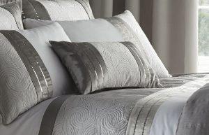 decorar una cama elegante en gris
