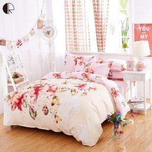 decorar una cama con motivos florales en rosa