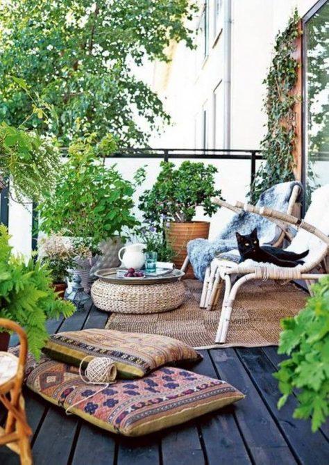 decorar un balcón con pufs y cojines