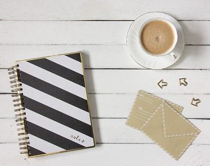Decorar cuadernos en blanco y negro.