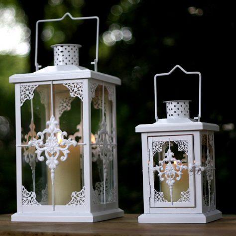 decorar un balcón con farolitos blancos