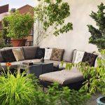 decorar un balcón con plantas y muebels