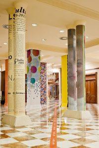 decorar una columna con vinilos decorativos.