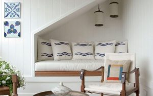 ideas para aprovechar espacios con sillón bajo la escalera