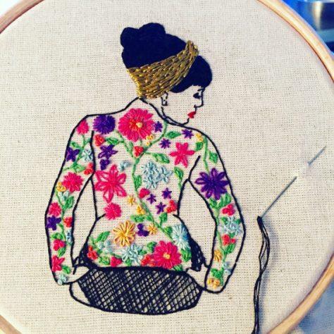 bordado moderno en bastidor de mujer florida