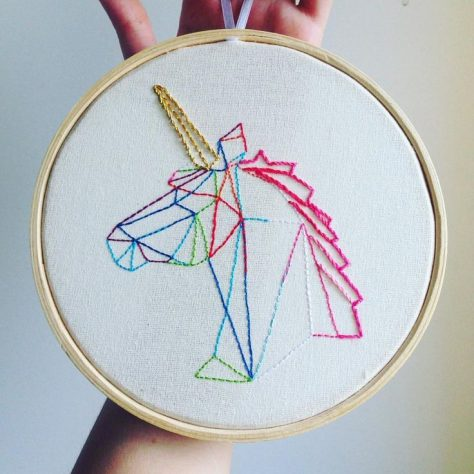 bordado moderno en bastidor de unicornio